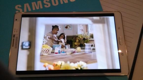 Tampilan Layar Super AMOLED Samsung Galaxy Tab S