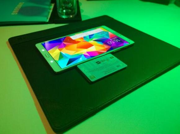 Ukuran Samsung Galaxy Tab S yang tipis dan ringan. Setebal tumpukan 5 buah kartu ATM.